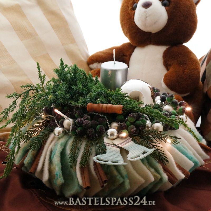 adventsgesteck adventskranz selber machen sehr ausgefallen mit wollband und moderner dek. Black Bedroom Furniture Sets. Home Design Ideas