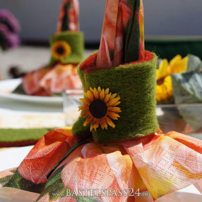 Herbstdeko für den Tisch mit Sonnenblumen, Filzblumen und