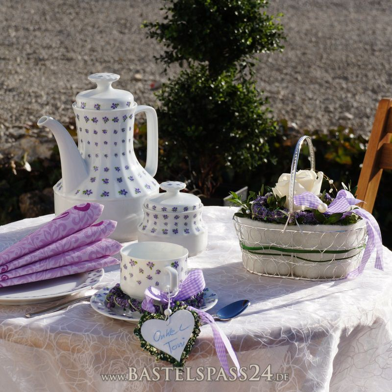 tischdeko selber machen mit lavendelkr nzchen und blumenk rbchen f r geburt. Black Bedroom Furniture Sets. Home Design Ideas