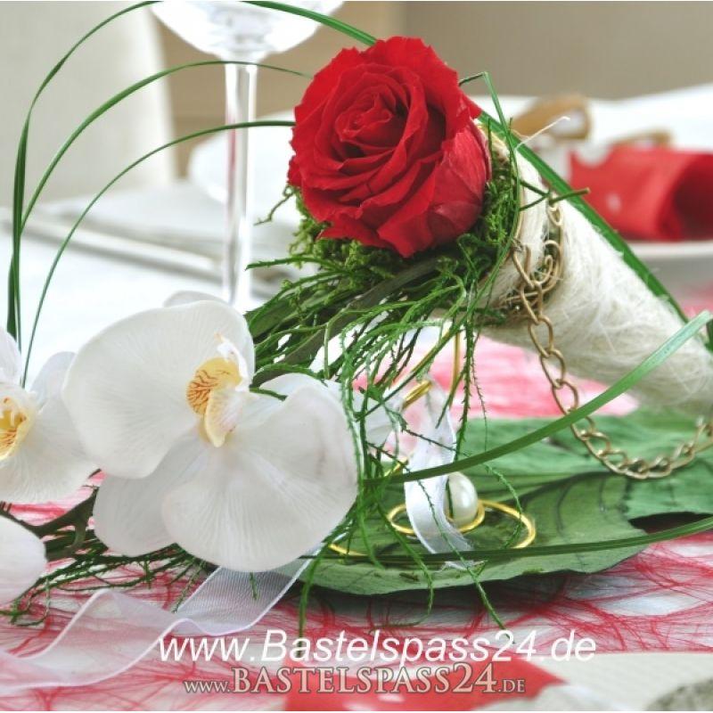 Tischdekoration für den festlichen Tisch rot weiß mit Rosen und ...