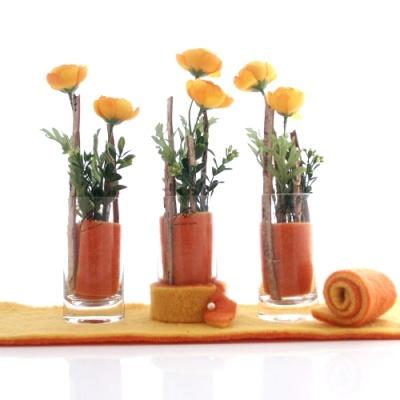 tischdeko gelb orange mit fr hlingsblumen und wollband in. Black Bedroom Furniture Sets. Home Design Ideas