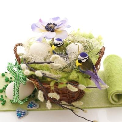 Tischdeko selber machen blumen  Osterdeko für den Tisch! Eine Tischdeko im Weidenkorb mit Blumen,