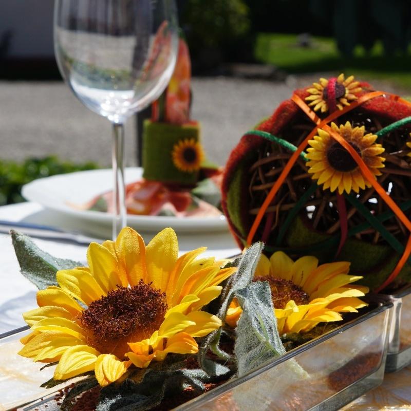 herbstdeko f r den tisch mit sonnenblumen filzblumen und wollban. Black Bedroom Furniture Sets. Home Design Ideas