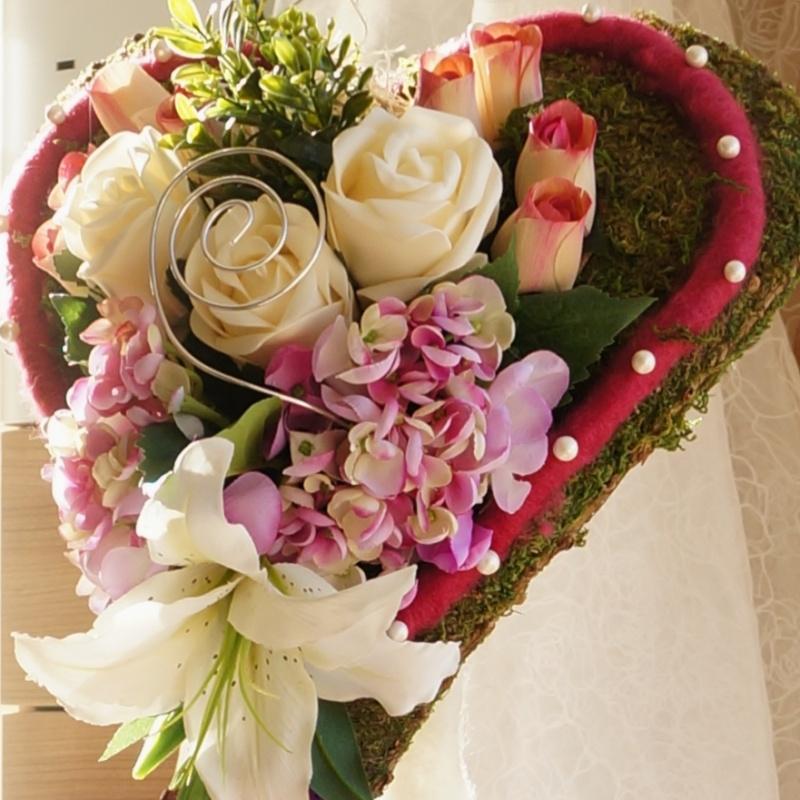 hochzeit kirchenschmuck moosherz auf st nder floristisch mit ros. Black Bedroom Furniture Sets. Home Design Ideas
