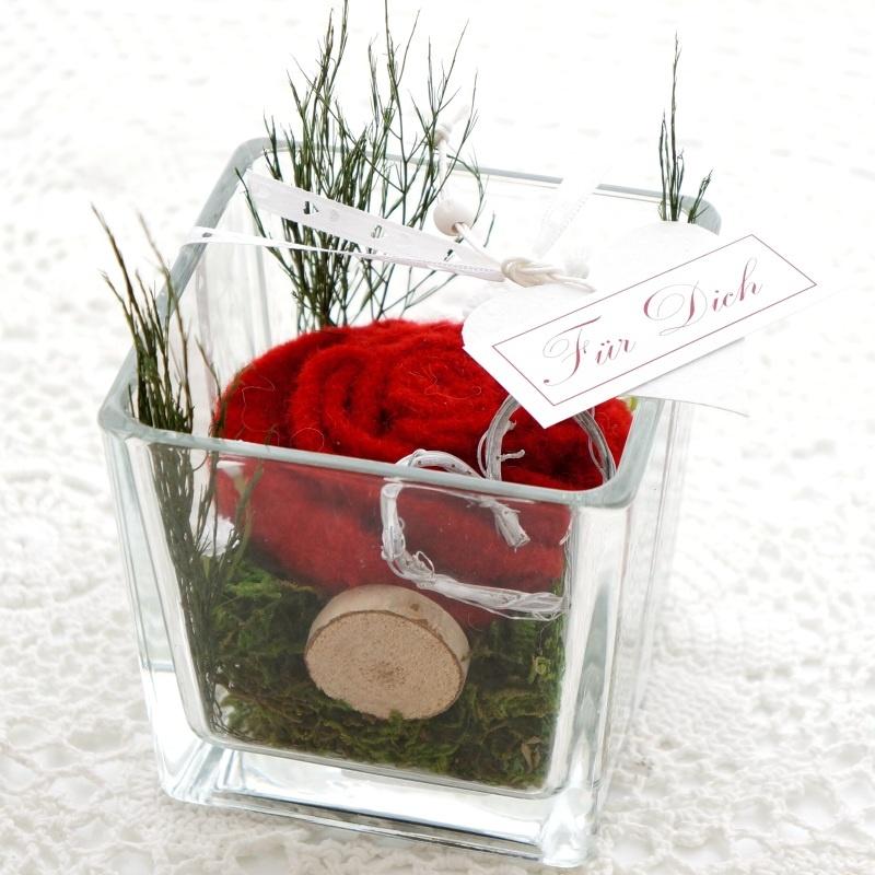 filzrosen rose aus filz in glasvase dekoriert ein sch nes gesch. Black Bedroom Furniture Sets. Home Design Ideas