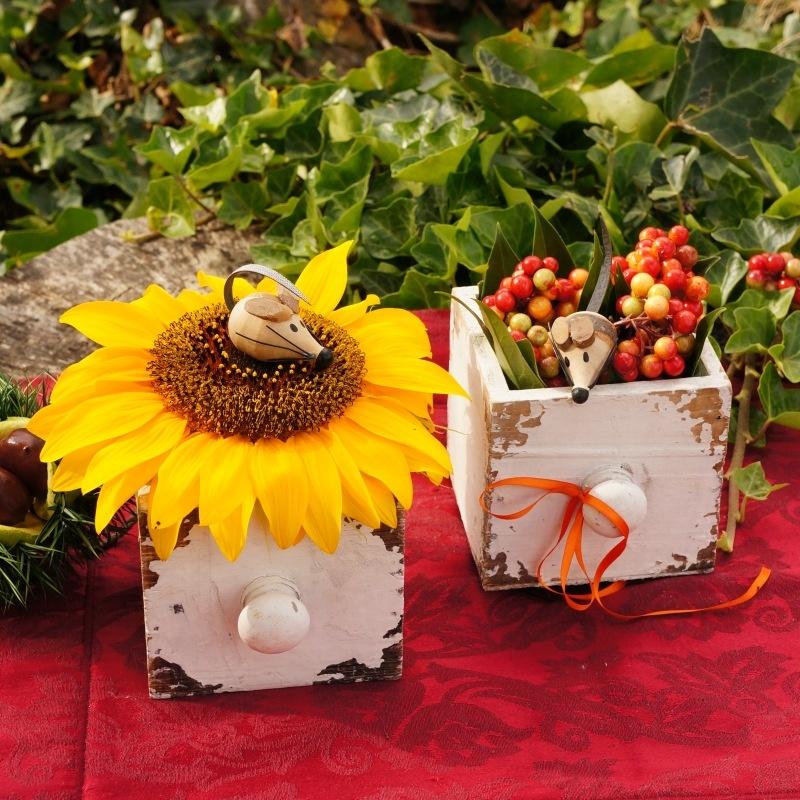 tischdeko herbst mit sonnenblumen und fr chte beeren in holz s. Black Bedroom Furniture Sets. Home Design Ideas