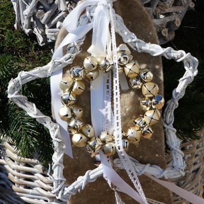 Türschmuck Weihnachten Mit Rebenstern, Wollband Und Glockenkranz Mit Viel  Landhaus Deko ...