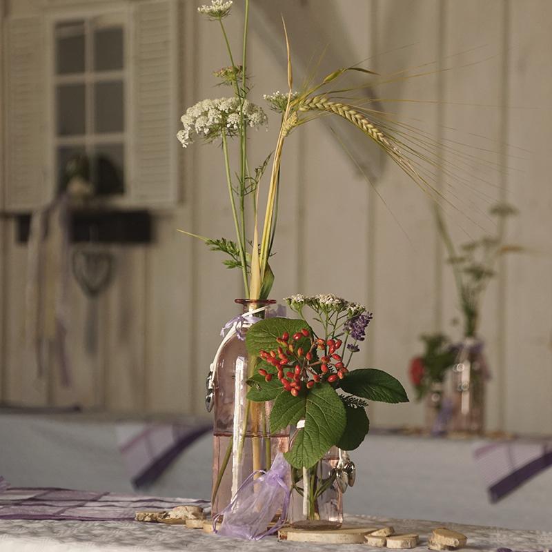 tischdeko mit glasflaschen im landhausstil floristik basteln. Black Bedroom Furniture Sets. Home Design Ideas