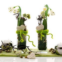 DIY Tischdeko Frühjahr mit Glas | Glasvasen, Märzenbecher, Holz, Moos, modern und natürlich.